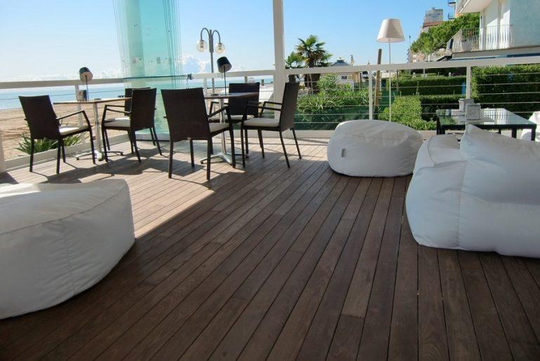 Monter sa terrasse bois sur plot soi-même, c'est possible !